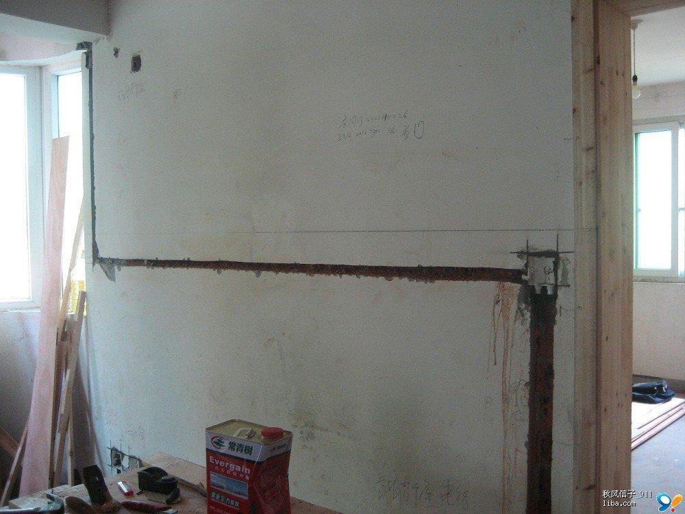 按照线槽的长度需要进行切割,   尤其是墙角转弯的地方,要先把管子
